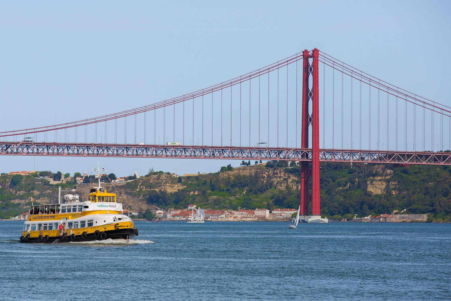 On this boat we offer you a different perspective of the city, that grows from the Tagus in a amphitheatre of 7 hills.