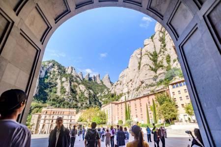 Desde Barcelona: Visita Al Monasterio De Montserrat Y Senderismo En El Parque Natural