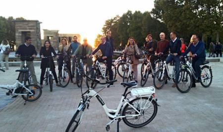 Geführte E-Bike Tour In Madrid Während Der Sonnenuntergang & Stadt Nacht Lichter