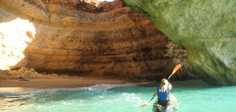 É um sentimento fantástico descobrir uma caverna marinha apenas remando em um kayak!