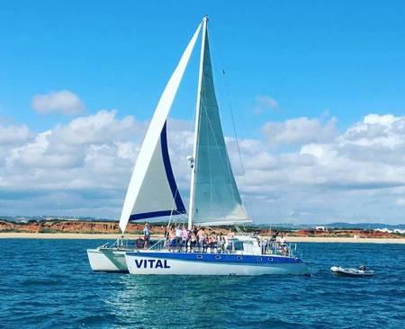 Desde Vilamoura: Tour De Día Completo En Catamarán A Vela En La Costa Del Algarve Con Barbacoa En La Playa