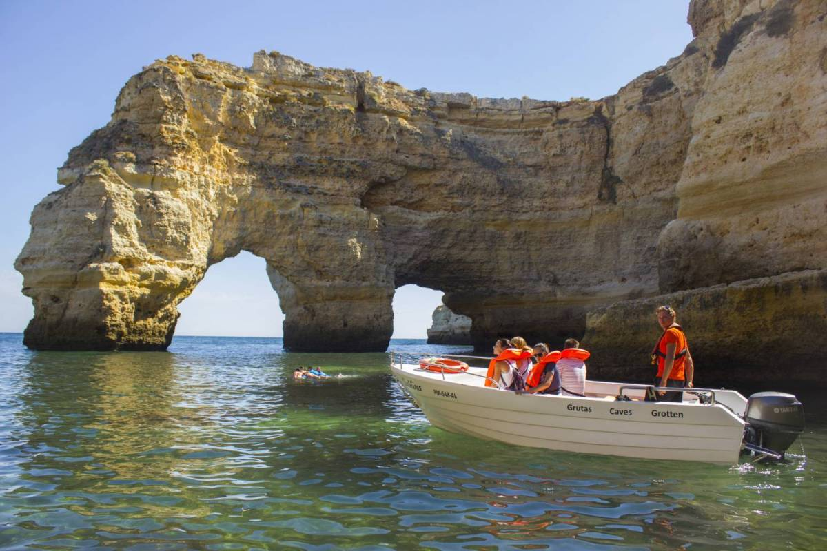 Boat Tour To The Caves Between Arma 231 227 O De P 234 Ra And Benagil