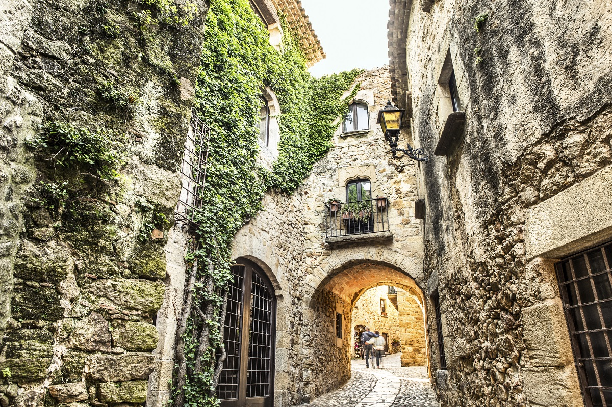 From Barcelona: Excursion To Girona By Luxurious Bus At Your Own Pace