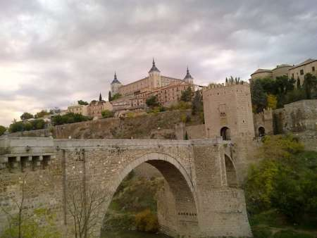 Madrid: Tour To Toledo And Segovia In Luxury Bus + Fast-Track Entry To The Alcázar & Picnic