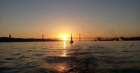 2-Hours Lisbon Sunset Boat Tour With Typical Snacks And Drinks