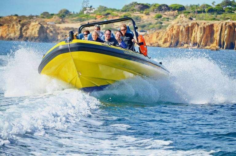 Definitivamente o barco é o melhor meio de transporte para explorar as praias!