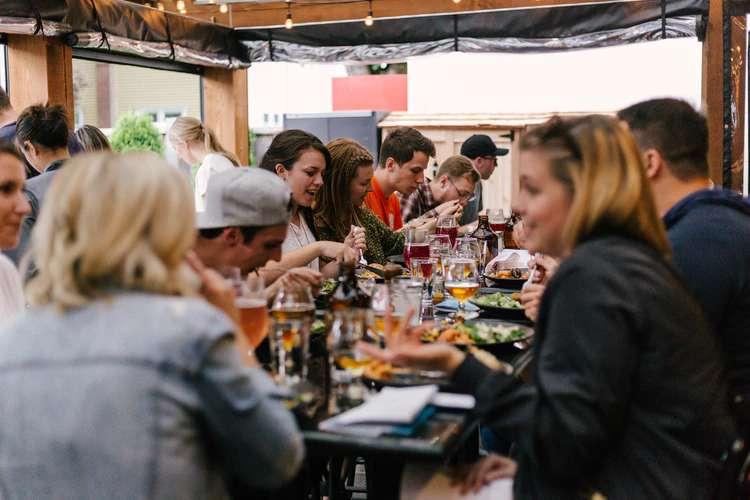 Os famosos jantares portugueses, uma tradição que mistura muita bebida e barulhos