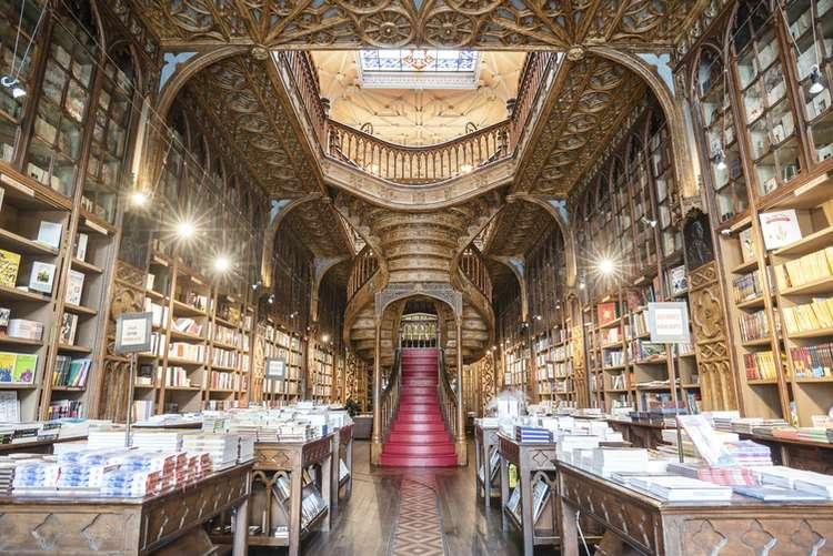 Photo by Ivo Rainha on Unsplash. A famosa livraria é praticamente uma obra de arte.