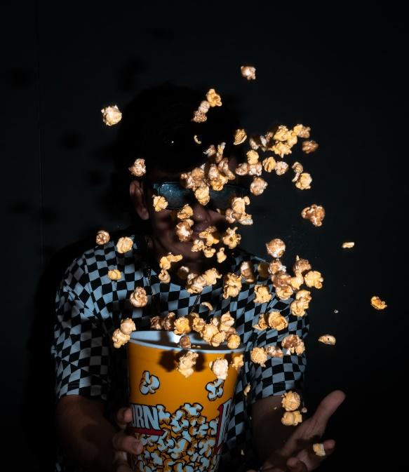 The sound and image quality of movie theaters is getting better and more immersive. Be careful so it doesn´t happen to you what happened to this poor boy. Wasting popcorn is a crime!