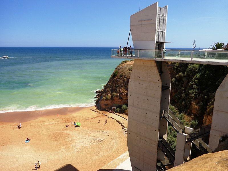 Não é qualquer praia que tem um elevador. Suba até ao alto e maravilhe-se com a vista sobre a praia!
