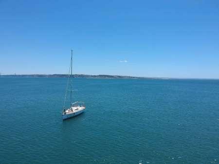 Lissabon: Halbtägige Segelbootfahrt Mit Strandstopp
