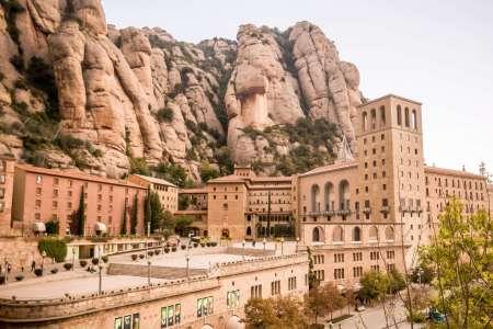 Desde Barcelona: Tour A Montserrat Con Almuerzo Y Degustación De Vinos